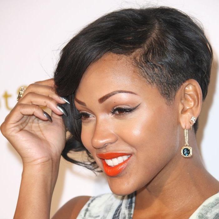 coupe courte asymétrique mèche de côté et cheveux rasé sur l autre coté femme afro coupe coiffure élégante