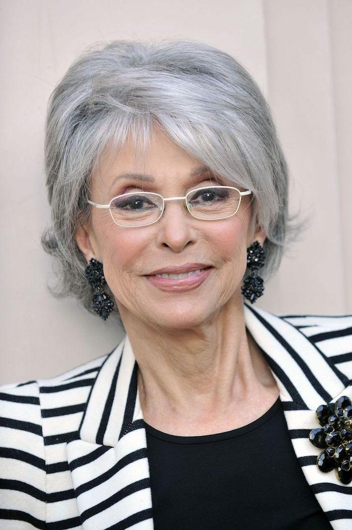 coupe courte cheveux gris avec volume et mèche de coté tenie femme noir et blanc