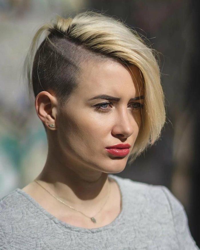 coupe courte dégradée avec mèche blonde de côté et côté rasé idée de coupe été originale