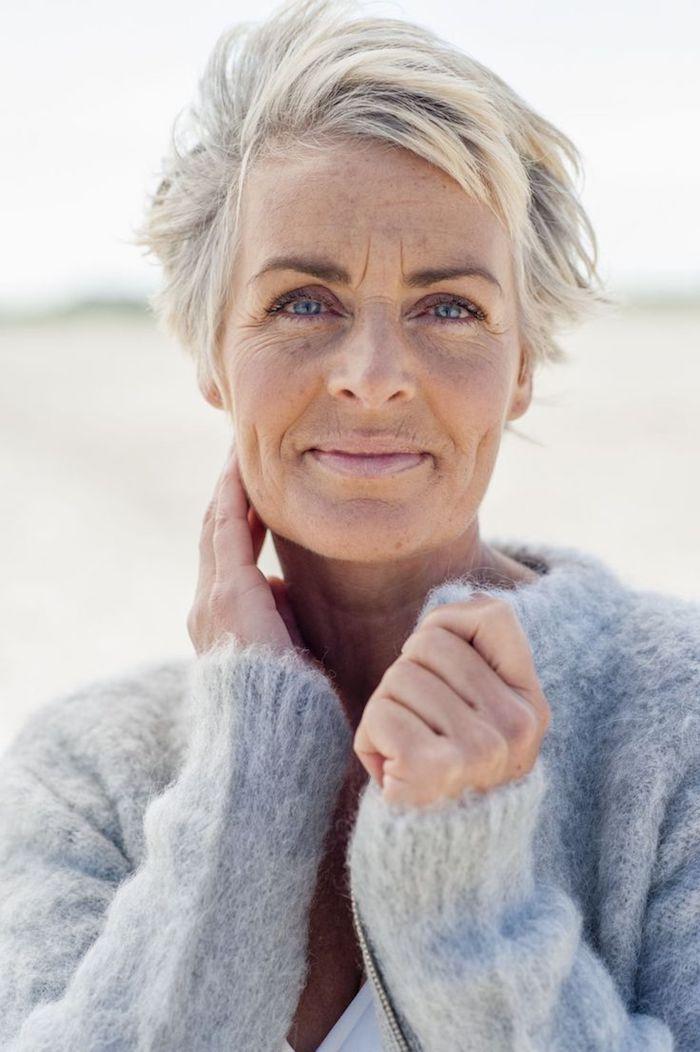 coupe courte effilée déstructurée cheveux gris femme avec des meches rebelles meche de devant rejetée de coté