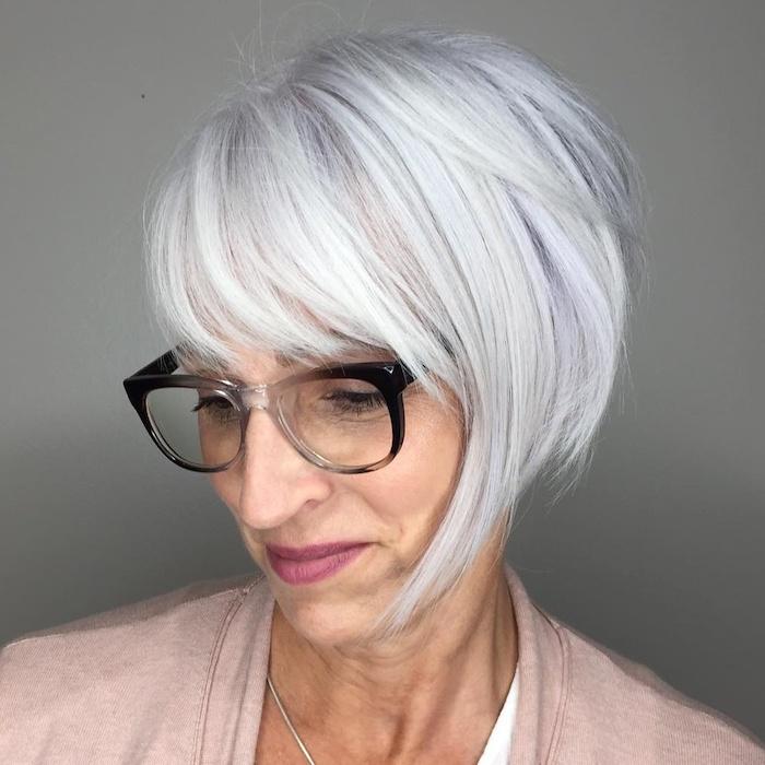 coupe courte effilée femme 60 ans avec des lunettes avec carré court avec frange et mèche longue de devant