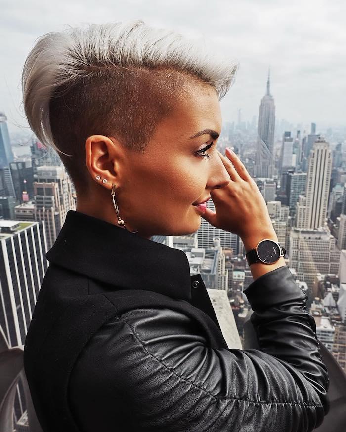 coupe dégradée femme court sur cheveux blond polaire avec mèche asymétrique coiffure femme courte