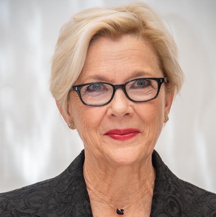 coupe de cheveux court femme 60 ans avec lunettes-anette-bening rouge à lèvres rouge lunettes monture noire modèle coupe courte femme