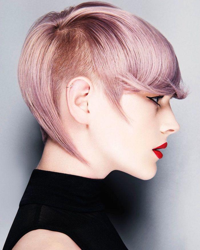 coupe de cheveux court femme avec une parie rasée autour de l oreille et des mèches longues rose robe noire, coupe rasée pour femme