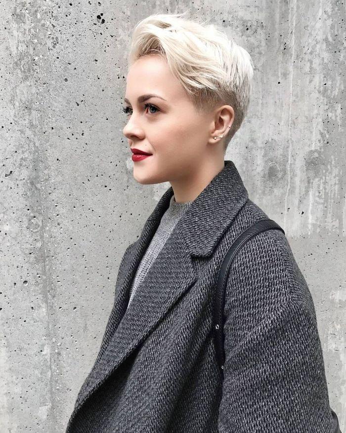 coupe pixie femme blonde idée coupe courte été 2020 cheveux blond polaire avec mèche asyme'trique coupe courte dégradée