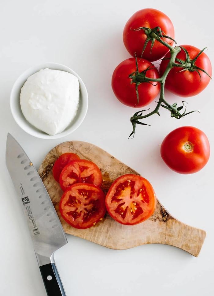 couper les tomates en rondelles pour faire salade caprese idée recette italienne recette de salade froide classique