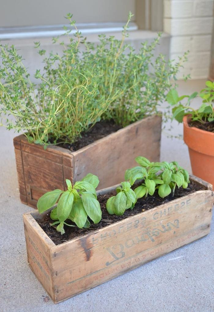 déco petit balcon avec objets diy bricolage avec matériaux de récupération diy jardiniere balcon en planches de bois herbes maison