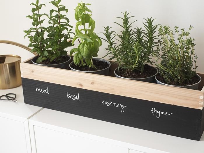 décoration extérieure style moderne objet diy jardiniere de balcon en planche de bois peint en noir pot de fleur herbes maison ciseaux