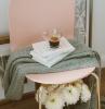 décoration intérieur cocooning design salon revêtement parquet bois chaise rose pastel pieds cuivre livre café plaid gris