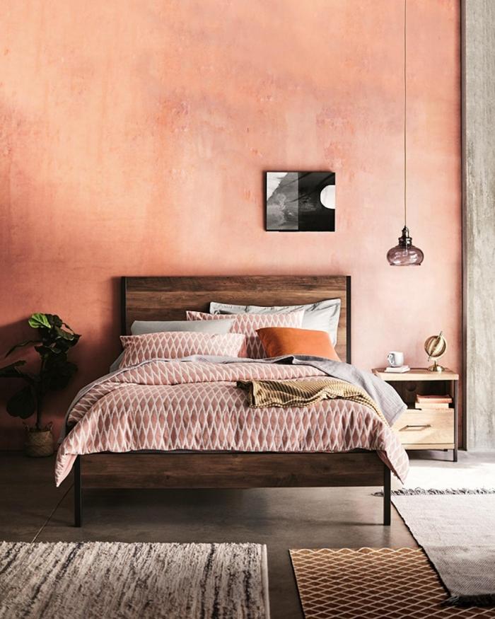 décoration petite chambre à coucher mur rose tête de lit bois foncé couleur peinture chambre adulte terracotta cache pot paille plante verte chambre