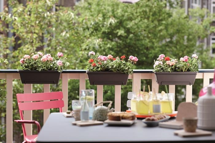 décoration petite terrasse balcon chaise rouge table jardinière suspendue plantes fleuries petit déjeuner design extérieur idées
