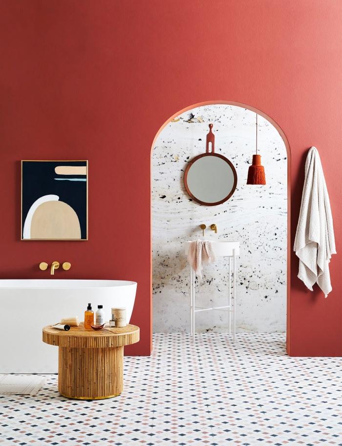 décoration salle de bain tendance style moderne peinture terracotta couleur carrelage sol blanc table basse bois baignoire autoportante