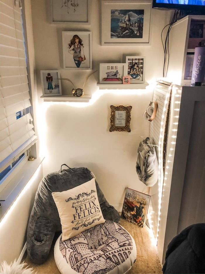 deco cocooning coin lecture romantique mur de cadres dessins fille pouf et coussins cosy guirlande lumineuse interieur