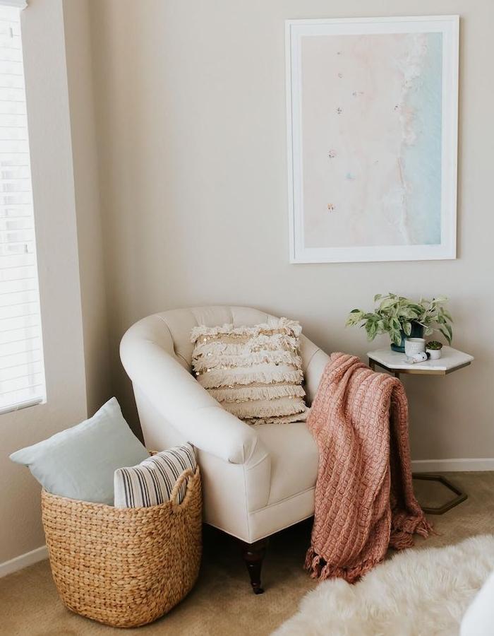 deco coin lecutre cocooning avec canapé blanc couverture rose panier à coussins deco romantique lecture