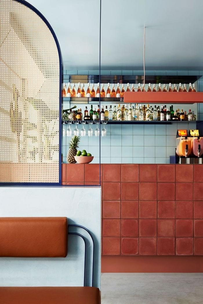 deco couleur terracotta carrelage étagère murale rangement petite cuisine association couleur bleu et terracotta design intérieur tendance