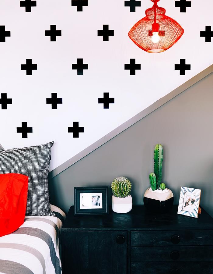 decoration murale stickers autocollants motifs geometriques luminaire rouge tete de lit peinture meubles noirs