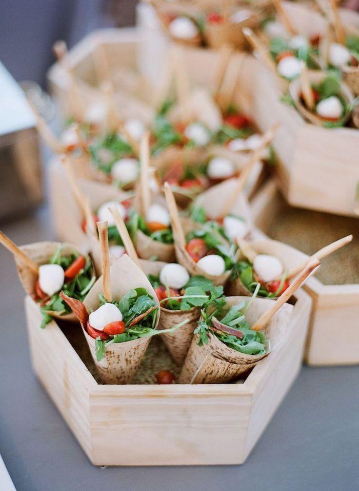 des cônes salade roquette prosciutto tomates cerises mozzarella recette apéritif dinatoire dans une boite de bois