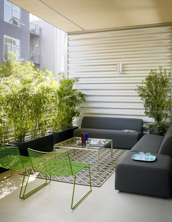design balcon moderne minimaliste style canapé gris anthracite meubles extérieur table basse verre brise vue pour balcon