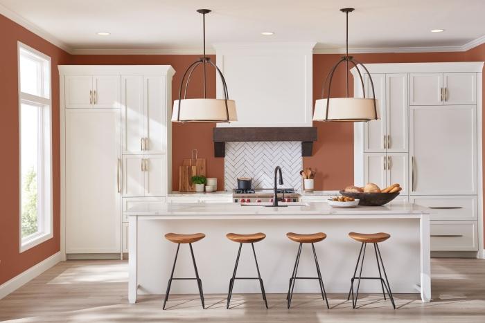 design cuisine blanche agencement îlot central peinture couleur terracotta chaise de bar bois et métal meubles de cuisine blancs