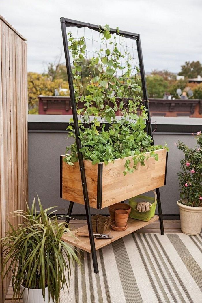 design extérieur déco terrasse style moderne bois et métal mur séparation paroi bois grand pot de fleur pieds métal jardinière bois grillage