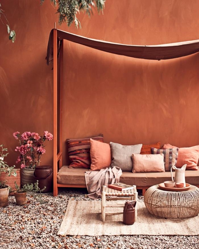 design extérieur décoration jardin style exotique meuble bois pot fleur terre cuite comment associer la couleur terracotta avec le rose pâle et marron