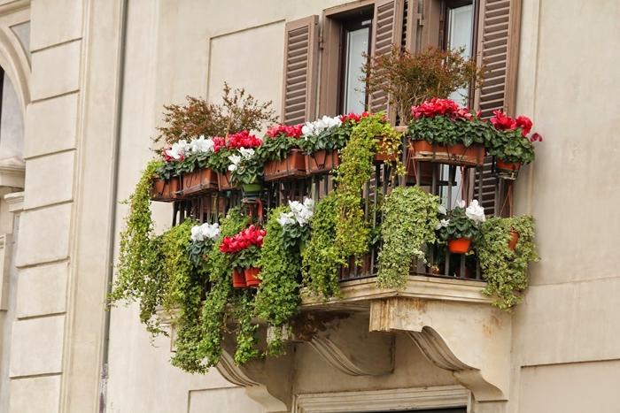 design extérieur idée aménagement petit balcon dissimuler vis à vis avec plantes fleuries jardinières pots fleurs cache balcon