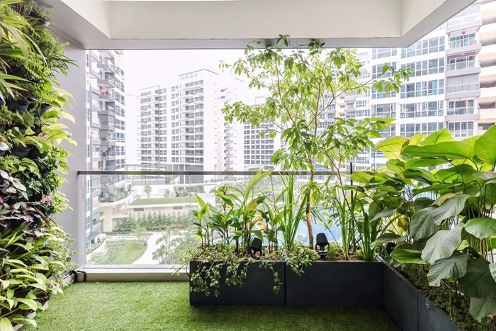 design extérieur style moderne décoration balcon appartement brise vue terrasse avec jardinières gros pots fleurs plantes vertes
