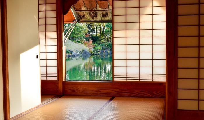 design intérieur tendance décoration japonaise porte coulissante fenêtre paysage nature lac éléments décor asiatique