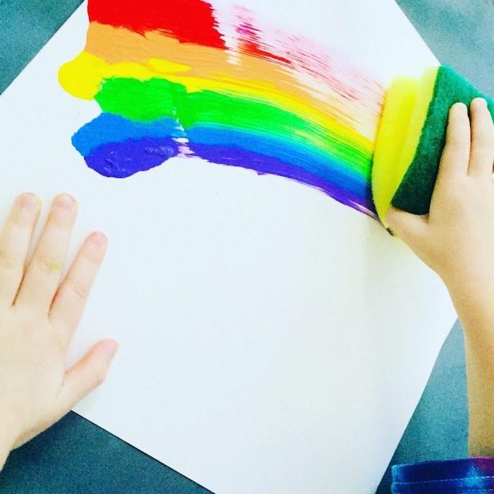 dessin peinture arc en ciel à l éponge sur un bout de feuille activité peinture 3 ans