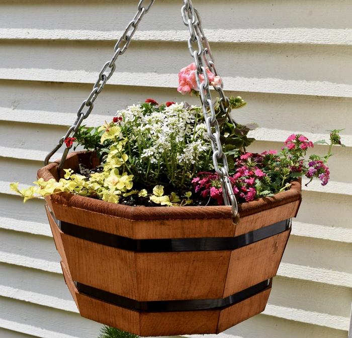 diy pot de fleur exterieur suspendu plantes fleuries décoration extérieure petit balcon espace pot fleur diy bois récup