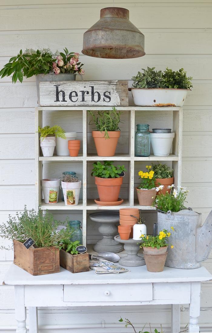 diy rangement en planhces de bois style vintage peinture pour bois support jardinière commode blanche pot de fleur terre cuite