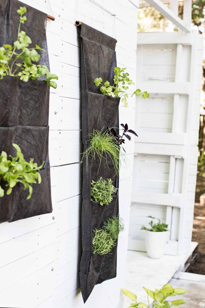 diy rangement mural pour extérieur avec poches jardin vertical suspension en tissu noir bâtonnet peinture dorée idée déco extérieure