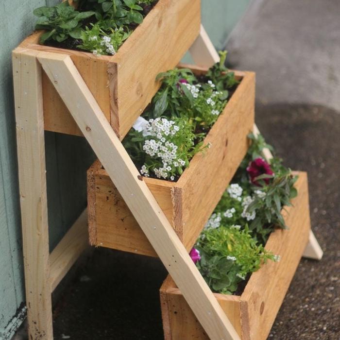 diy support plantes balcon en bois jardinière rectangulaire planches bois herbes plantes fleuries décoration balcon