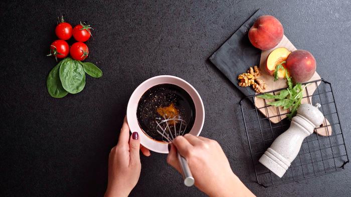 épicer de poivre et sel et remuer d un fouet idée de salade composee excellente a faire soi meme avec vinaigrette maison traditionnelle