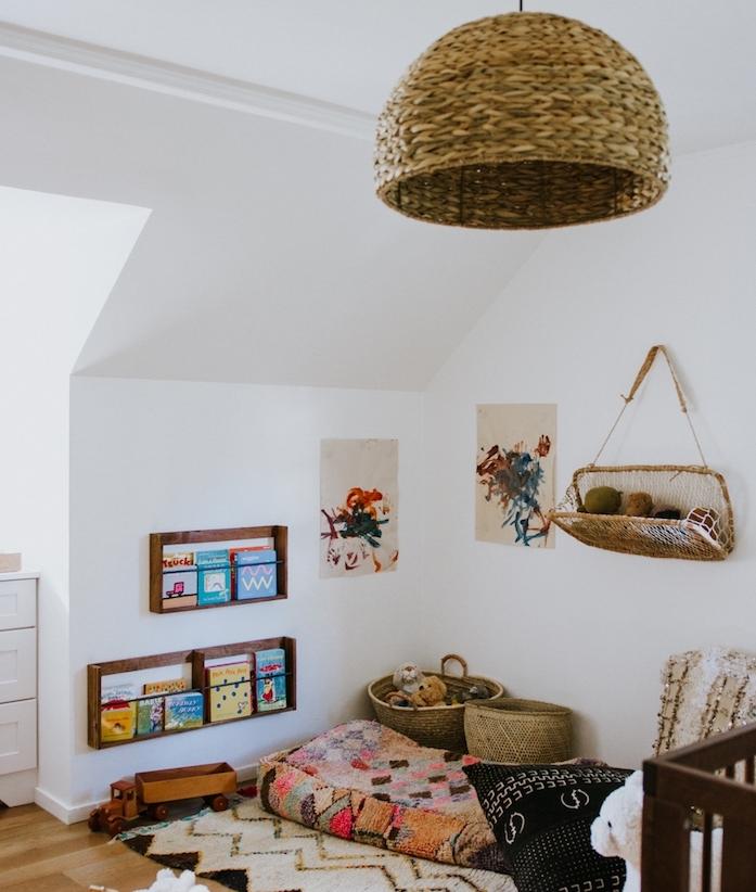 eatgeres en bois avec des livres enfant et matelas coloré par sol coussons decoratifs paniers rangement coin jeu et lecture original