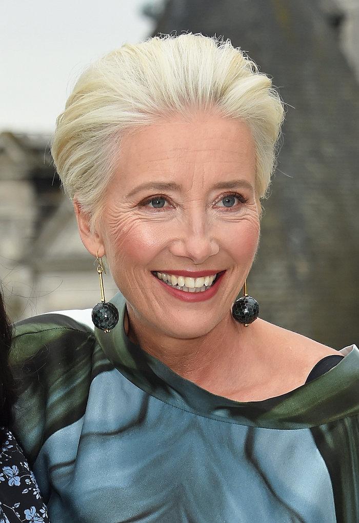 emma thompson avec coupe courte effilée femme 60 ans avec mèche peingée en arrière cheveux gris femme