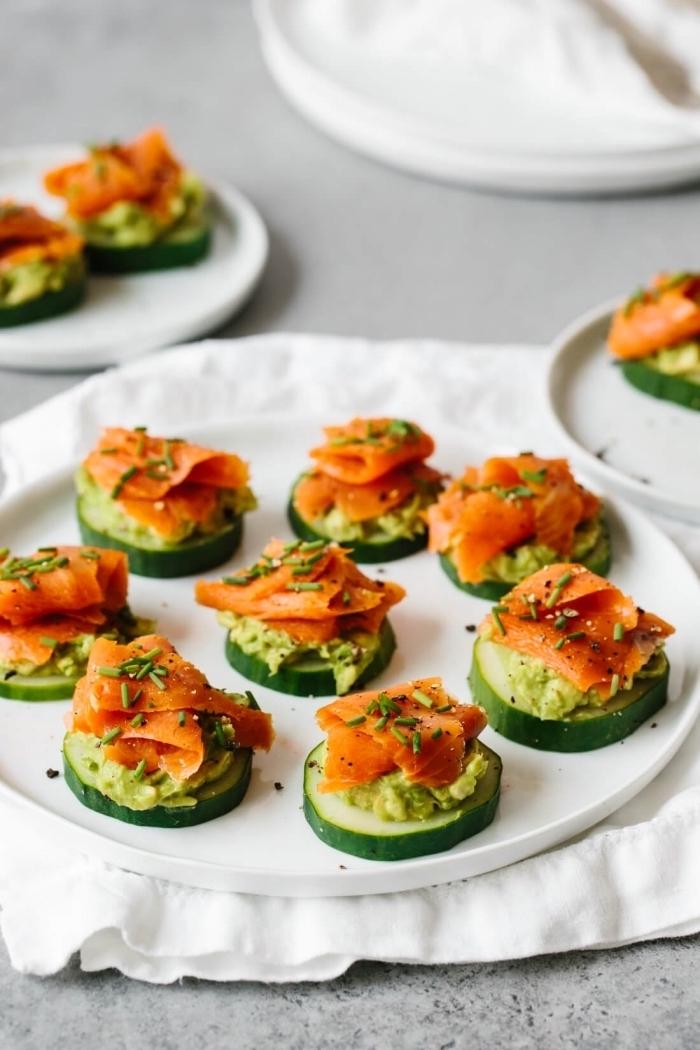 exemple apero dinatoire chic et simple rondelle de concomnre avec purée d avocat saumon fumé et oignon vert avec des épices simples amuse bouche aperitif facile