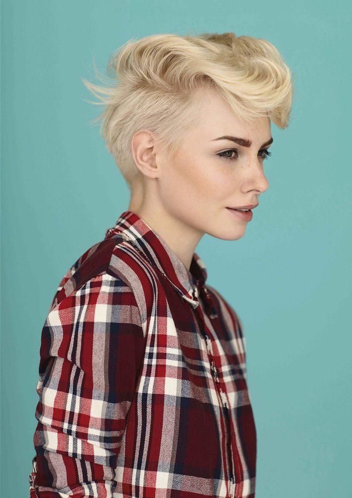 exemple coiffure boheme courte avec nuque rasée et mèche de dessus plus longue couleur cheveux blond polaire chemise à carreaux