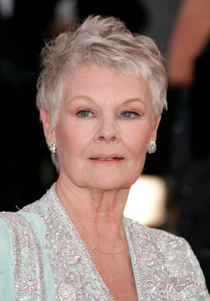 exemple coupe courte femme 50 ans 60 ans cheveux blancs très courts avec des mèches rebelles