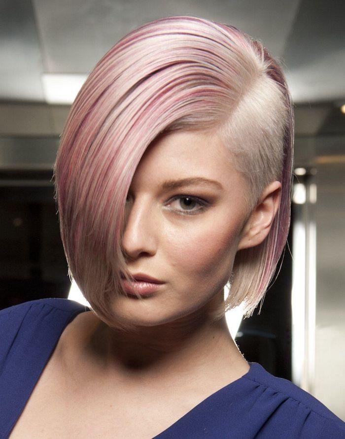 exemple coupe de cheveux court femme mèches rose sur cheveux blond et un côté rasé robe violette