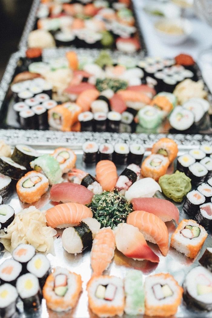 exemple de buffet mariage style japonais avec sushi sur plateaux exemple repas festif pour 20 personnes