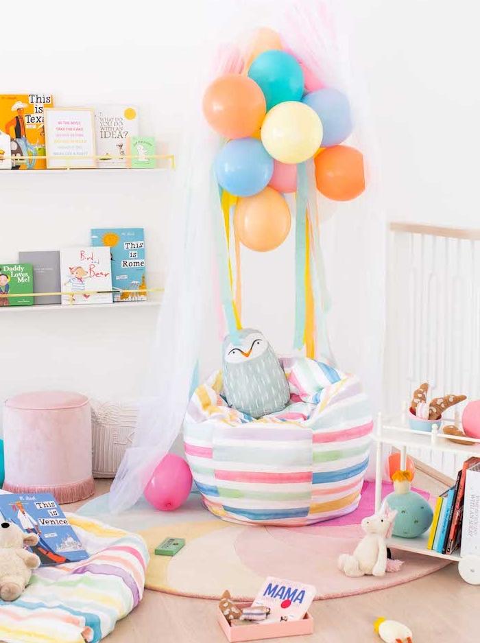 exemple de coin de lecture enfant avec fauteuil pouf barbaron coloré tapis coloré et bibliotheque murale
