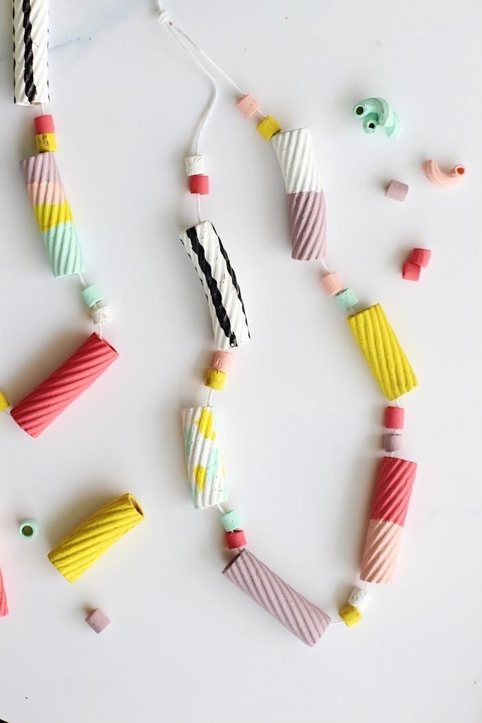 exemple de collier diy pour la fete des meres accessoire diy en pâtes colorées activité créatife pour enfant