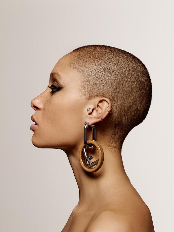 exemple de coupe femme tres courte cheveux rasés femme afro idee de coiffure simple à entretenir