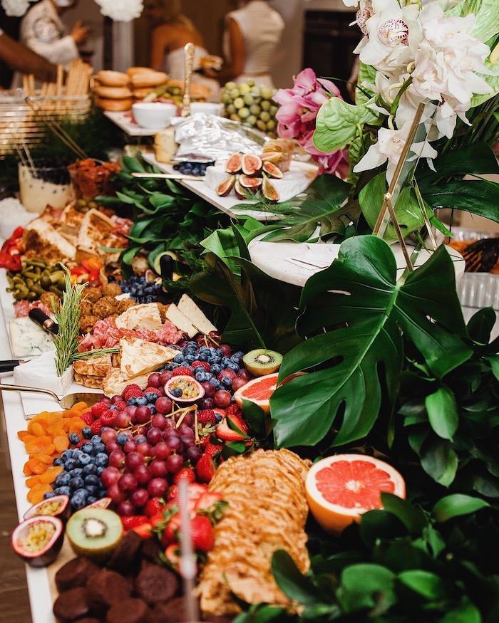 exemple de deco table mariage buffet froid avec des fruits variés crepes gourmandises charcuterie buffet salé avec déco de feuilles vertes