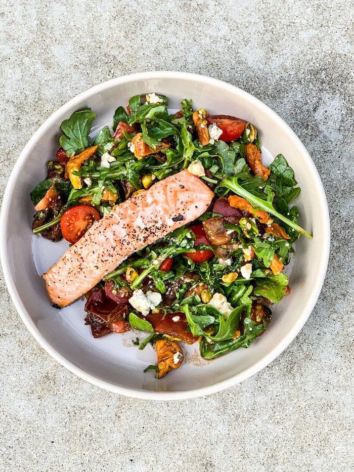 exemple de repas équilibré pour le soir salade roquette et autres verdured abricots tomates cerise et saumon au four repas minceur