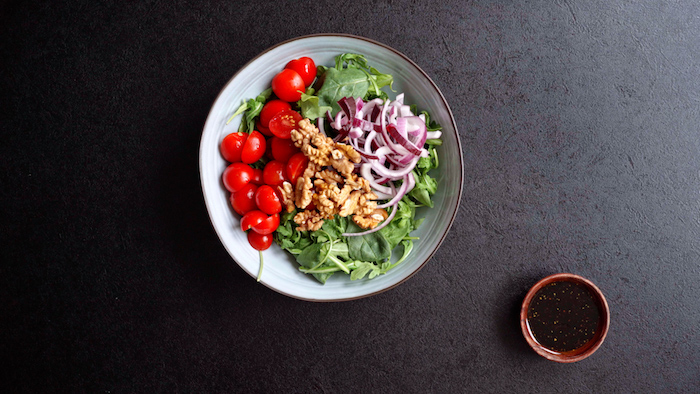 exemple salade composée d épinards roquette noix oignons et tomates cerises vinaigrette que mettre dans une salade d été