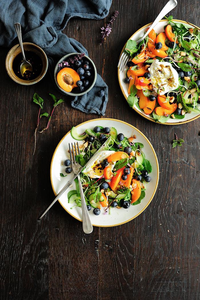 exemple salade verte aux concombres verdures pêcges et myrtilles avec dressing au miel et des noix pour garnir