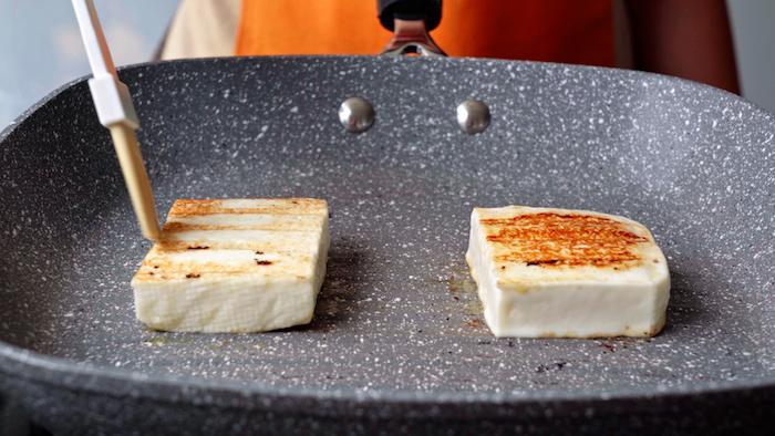faire griller du fromage halloumi que mettre dans une salade idée d entrée froide recette simple et rapide