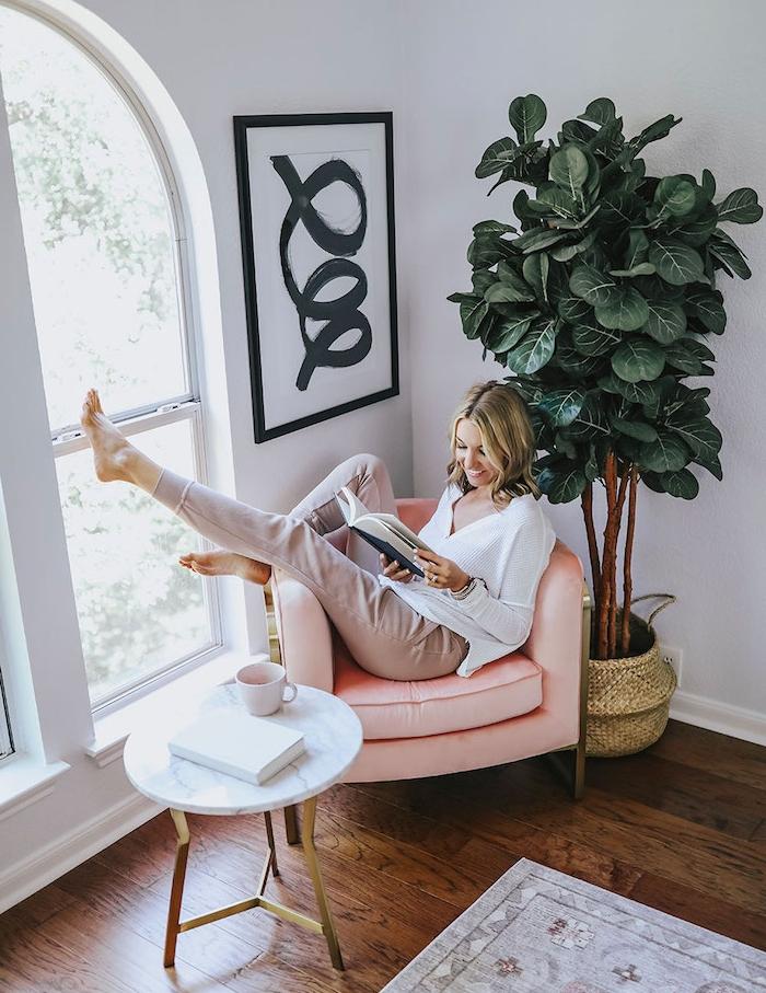 fauteuil confortable pour lire couleur rose dans coin de la piece idee amenagement chambre cocooning avec coin lecture table en marbre et plante verte coté fenetre